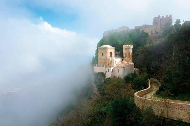 Những ngôi làng huyền bí nằm giữa lòng châu Âu - hình ảnh 1