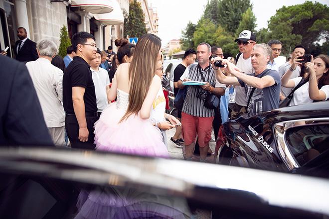 Lý Nhã Kỳ khiến giao thông hỗn loạn khi xuất hiện tại LHP Venice - hình ảnh 6