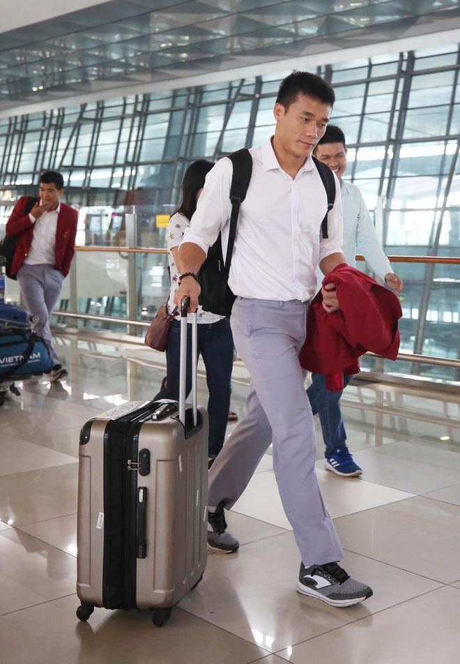 Bùi Tiến Dũng, Công Phượng cùng tuyển U23 Việt Nam mặc sơ mi bảnh bao về nước - hình ảnh 1