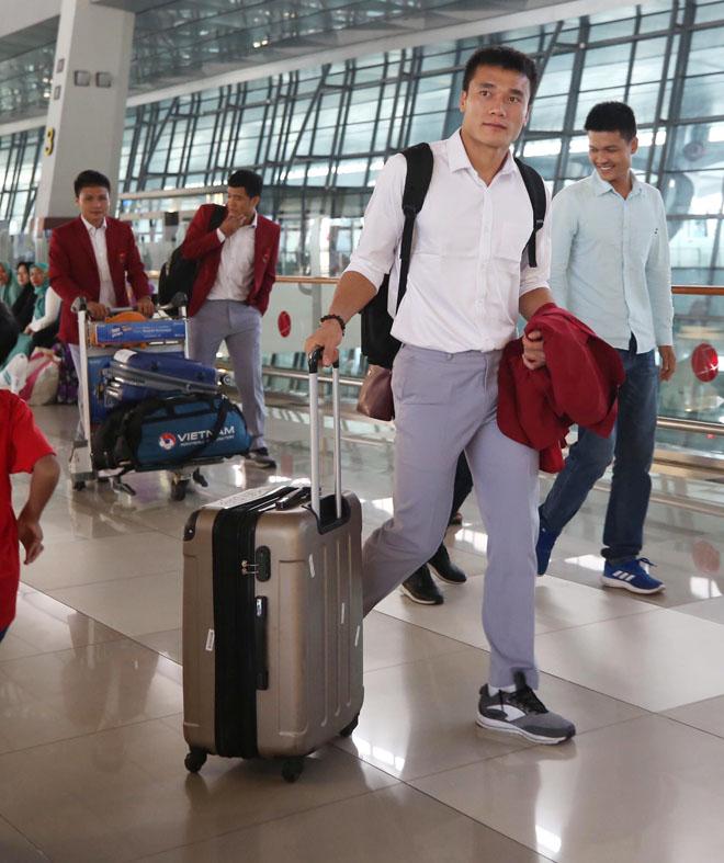 Bùi Tiến Dũng, Công Phượng cùng tuyển U23 Việt Nam mặc sơ mi bảnh bao về nước - hình ảnh 2
