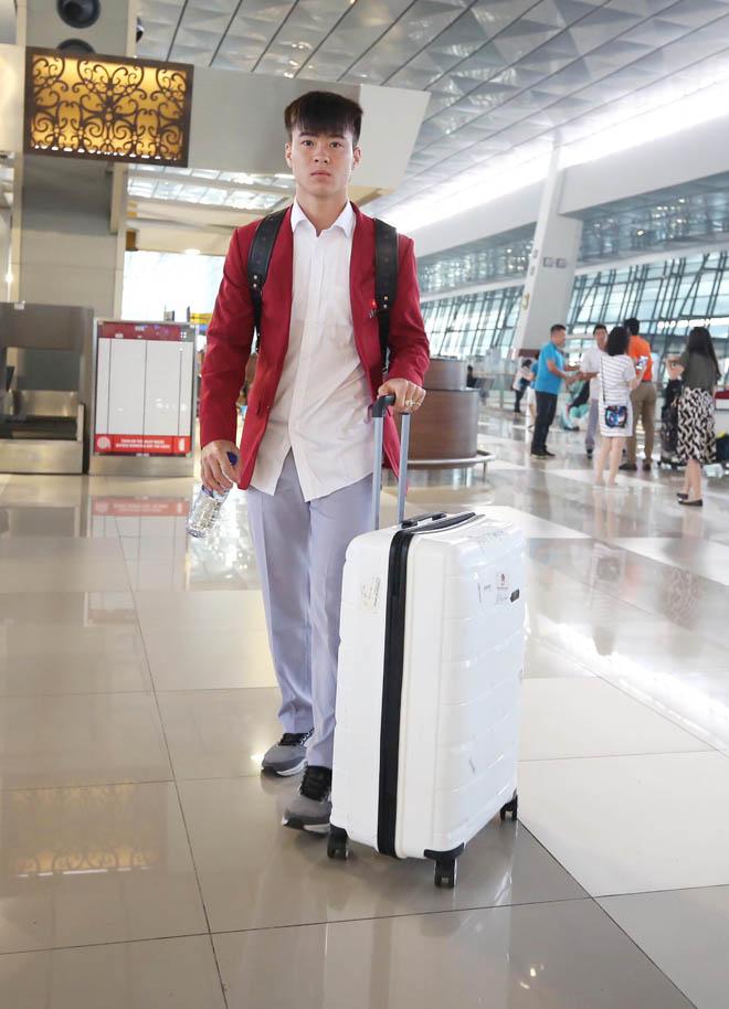 Bùi Tiến Dũng, Công Phượng cùng tuyển U23 Việt Nam mặc sơ mi bảnh bao về nước - hình ảnh 9