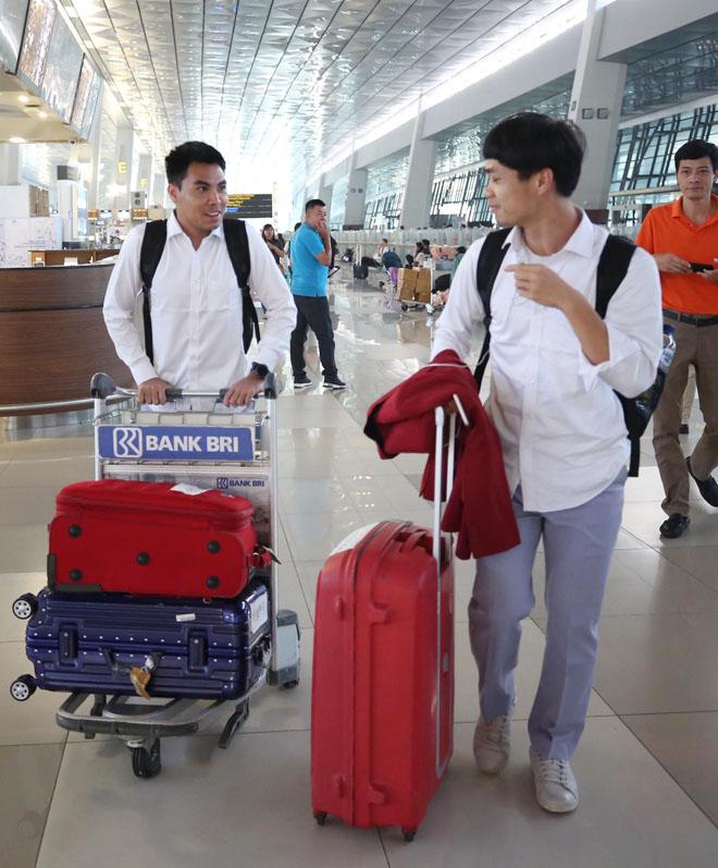 Bùi Tiến Dũng, Công Phượng cùng tuyển U23 Việt Nam mặc sơ mi bảnh bao về nước - hình ảnh 4