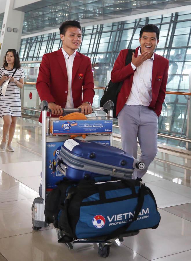 Bùi Tiến Dũng, Công Phượng cùng tuyển U23 Việt Nam mặc sơ mi bảnh bao về nước - hình ảnh 5