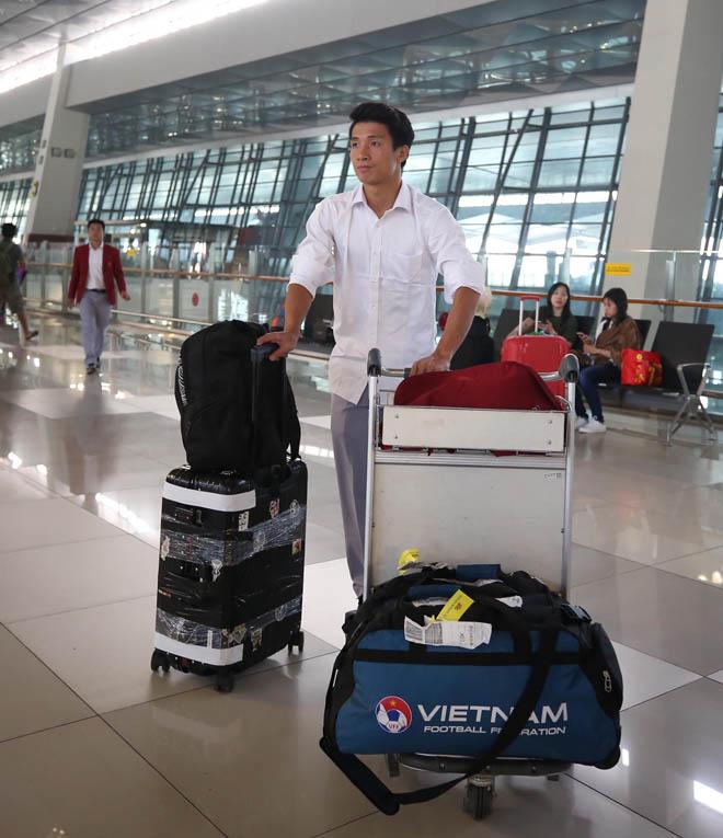 Bùi Tiến Dũng, Công Phượng cùng tuyển U23 Việt Nam mặc sơ mi bảnh bao về nước - hình ảnh 8