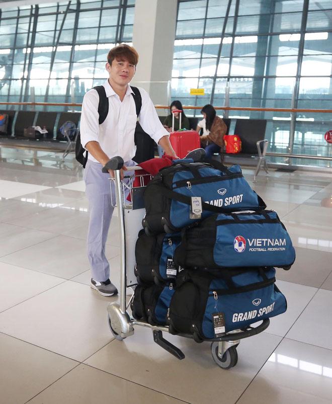 Bùi Tiến Dũng, Công Phượng cùng tuyển U23 Việt Nam mặc sơ mi bảnh bao về nước - hình ảnh 3