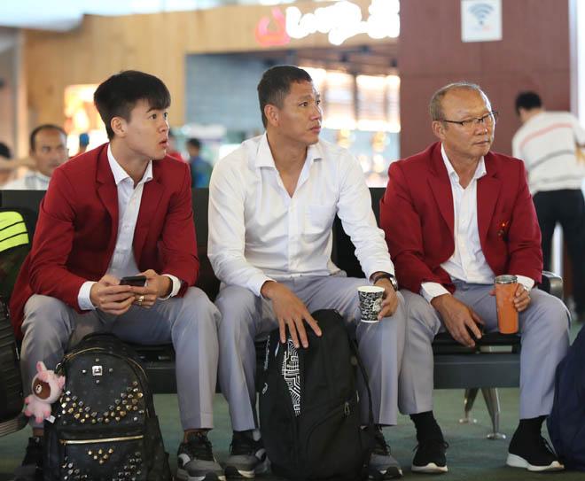 Bùi Tiến Dũng, Công Phượng cùng tuyển U23 Việt Nam mặc sơ mi bảnh bao về nước - hình ảnh 11
