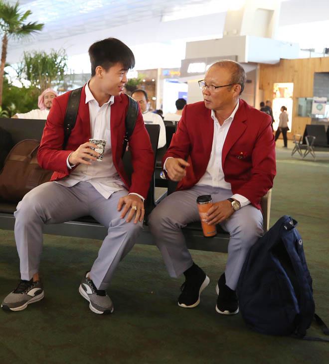 Bùi Tiến Dũng, Công Phượng cùng tuyển U23 Việt Nam mặc sơ mi bảnh bao về nước - hình ảnh 10