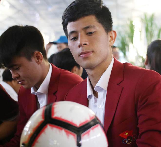 Bùi Tiến Dũng, Công Phượng cùng tuyển U23 Việt Nam mặc sơ mi bảnh bao về nước - hình ảnh 12