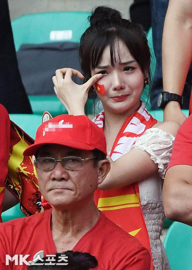 Nữ cổ động viên đẹp như thiên thần được săn lùng sau trận Việt Nam thua UAE - hình ảnh 1