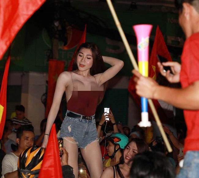 Nữ cổ động viên bóng đá Việt Nam mặc táo bạo chẳng kém ai ở châu Á - hình ảnh 1