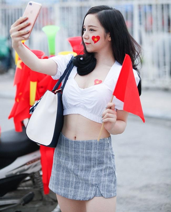 Nữ cổ động viên bóng đá Việt Nam mặc táo bạo chẳng kém ai ở châu Á - hình ảnh 9