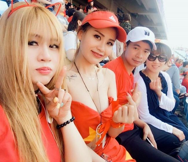 Nữ cổ động viên bóng đá Việt Nam mặc táo bạo chẳng kém ai ở châu Á - hình ảnh 10