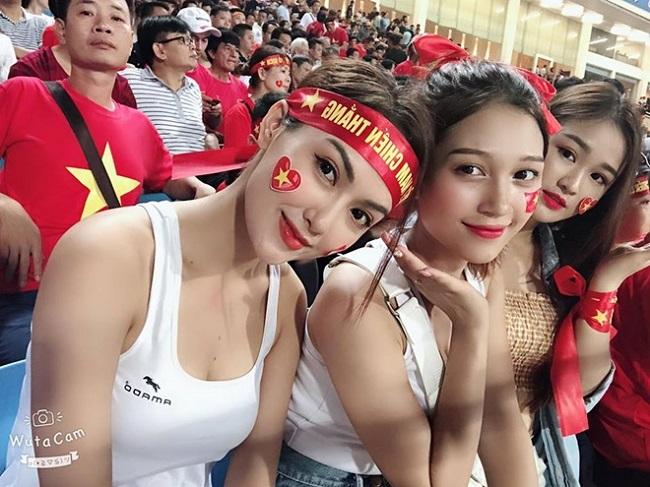 Nữ cổ động viên bóng đá Việt Nam mặc táo bạo chẳng kém ai ở châu Á - hình ảnh 15