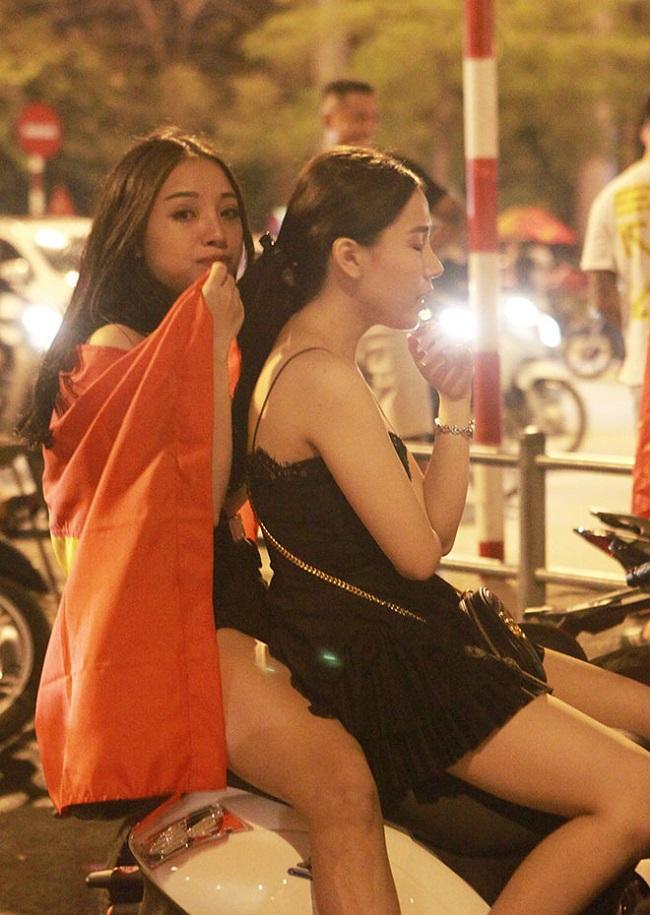 Nữ cổ động viên bóng đá Việt Nam mặc táo bạo chẳng kém ai ở châu Á - hình ảnh 17