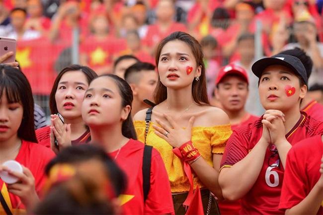 Nữ cổ động viên bóng đá Việt Nam mặc táo bạo chẳng kém ai ở châu Á - hình ảnh 16