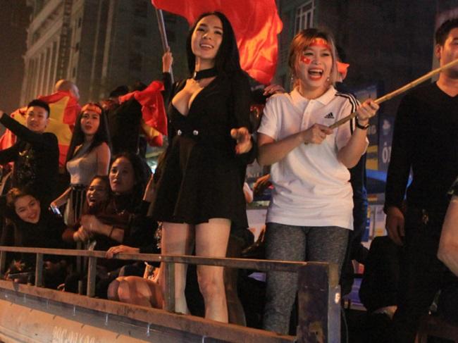 Nữ cổ động viên bóng đá Việt Nam mặc táo bạo chẳng kém ai ở châu Á - hình ảnh 19