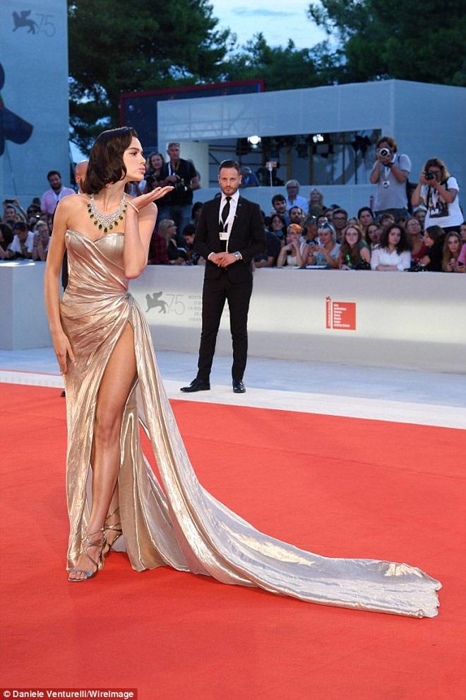 """Bạn gái Neymar luống cuống vì váy xẻ cao đến """"thót tim"""" - hình ảnh 5"""