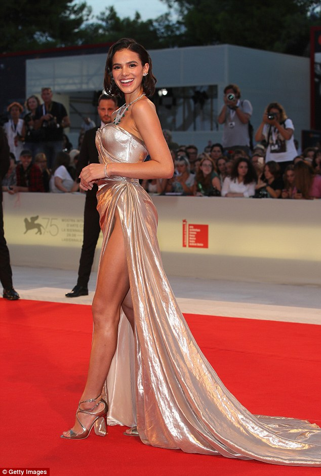 """Bạn gái Neymar luống cuống vì váy xẻ cao đến """"thót tim"""" - hình ảnh 6"""