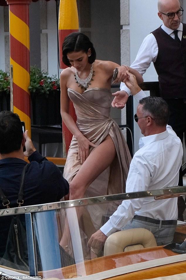 """Bạn gái Neymar luống cuống vì váy xẻ cao đến """"thót tim"""" - hình ảnh 7"""