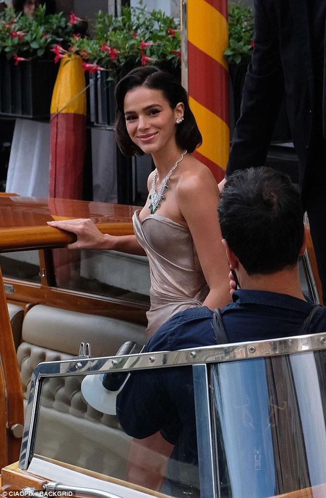 """Bạn gái Neymar luống cuống vì váy xẻ cao đến """"thót tim"""" - hình ảnh 8"""