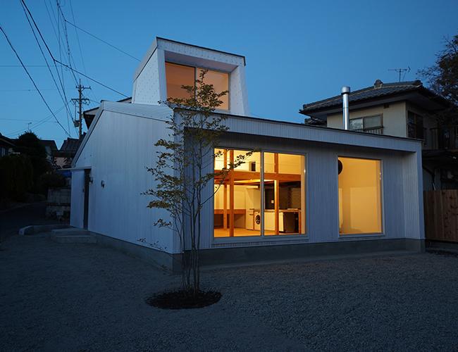 Ngôi nhà rộng hơn 100 mét vuông, nằm sâu trong vùng được gọi là dãy núi Alps nổi tiếng tại Nhật Bản và được bao quanh bởi nhiều con sông.