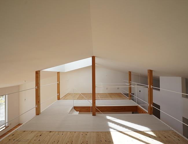 Chủ nhà cũng là một thợ thủ công bằng gỗ. Ngoài không gian của ngôi nhà, yêu cầu đặc biệt của anh là tạo riêng một không gian để trưng bày tác phẩm của mình.