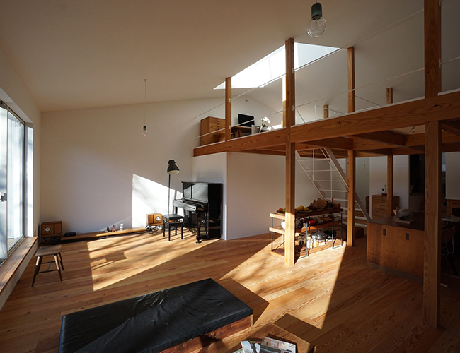 Từ thời Edo, thị trấn Matsumoto được biết đến với những người thợ thủ công bằng gỗ nên không lạ gì khi căn nhà sử dụng gỗ là chất liệu chủ đạo.
