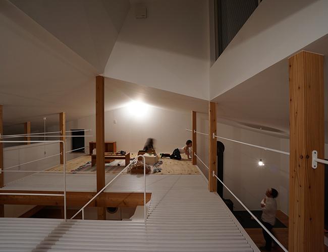 Tầng 2 nằm ở giữa ngôi nhà với cấu trúc mái độc đáo.