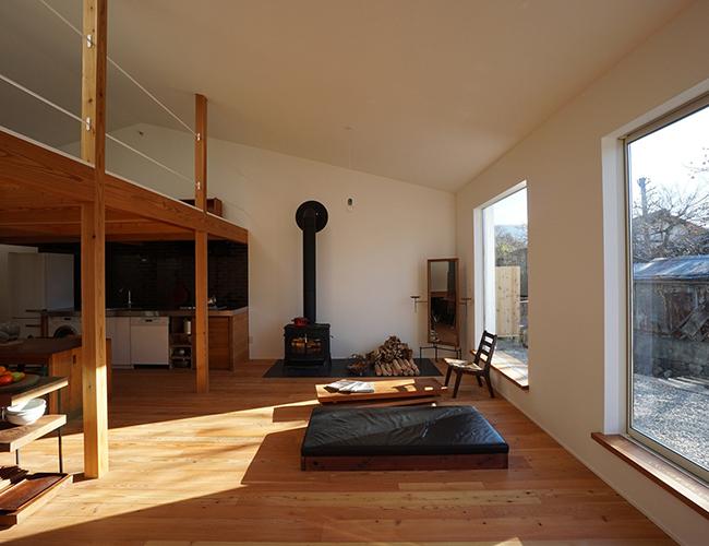 Nguyên liệu xây dựng hoàn toàn được cung cấp từ địa phương. Ngôi nhà với những bức tường kiên cố và sàn gỗ rộng rãi như một bảo tàng gỗ nghệ thuật.