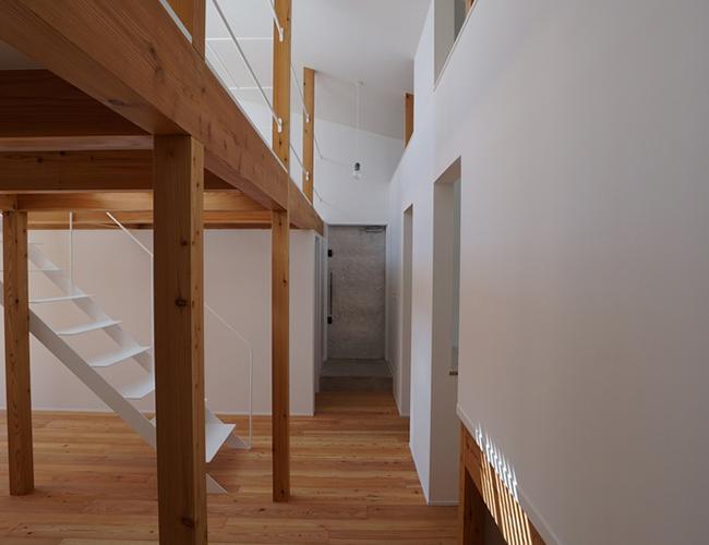 Tường nhà màu trắng là tông màu được nhiều người sử dụng nhất. Màu trắng giúp bạn dễ dàng hơn trong việc chọn lựa đồ trang trí trong phòng bởi nó có thể kết hợp với bất cứ màu nào.