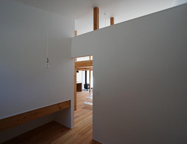 Hạn chế tường và cửa ngăn giữa các phòng cũng là cách thông minh giúp căn nhà rộng và thoáng hơn.
