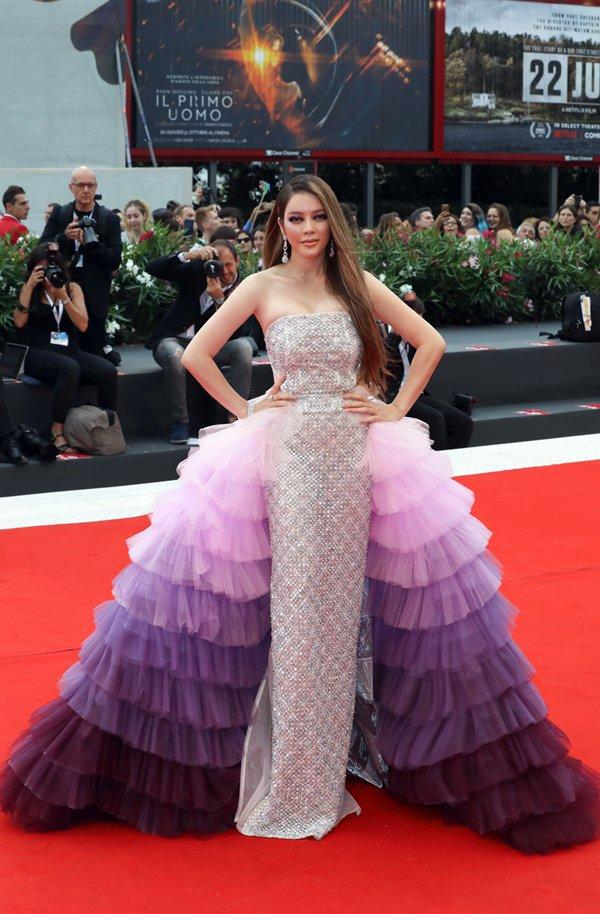 """Mệnh danh """"nữ hoàng kim cương"""", Lý Nhã Kỳ lại mặc váy copy Chanel? - hình ảnh 1"""