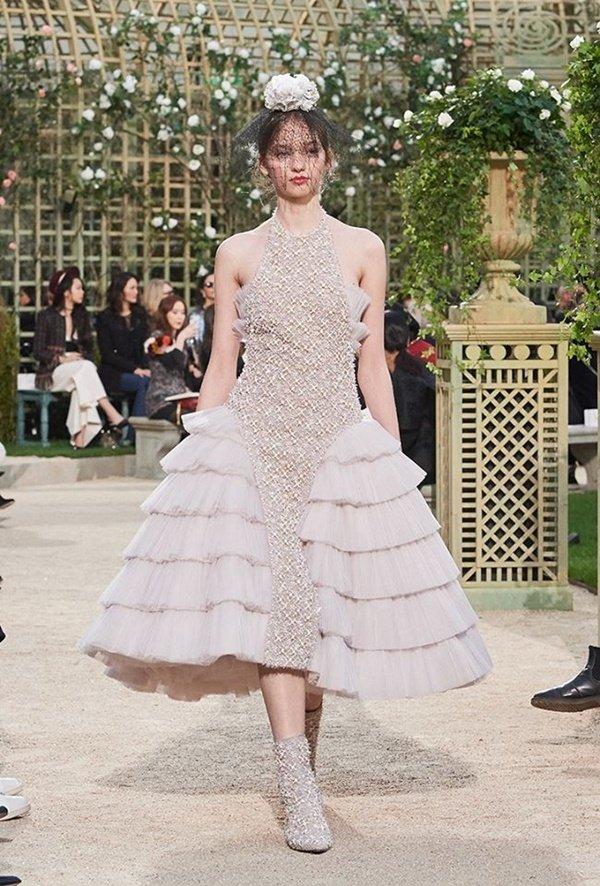 """Mệnh danh """"nữ hoàng kim cương"""", Lý Nhã Kỳ lại mặc váy copy Chanel? - hình ảnh 5"""