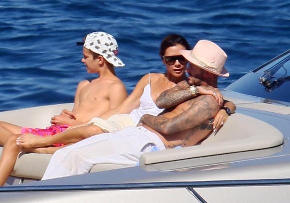 David Beckham táo bạo hôn lên ngực vợ trên du thuyền triệu đô - hình ảnh 1