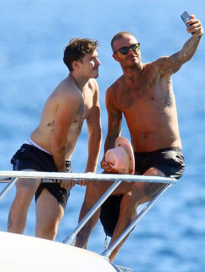 David Beckham táo bạo hôn lên ngực vợ trên du thuyền triệu đô - hình ảnh 3