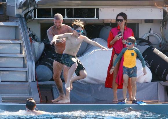 David Beckham táo bạo hôn lên ngực vợ trên du thuyền triệu đô - hình ảnh 2