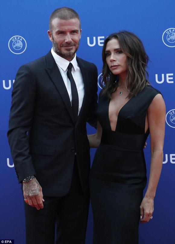 David Beckham táo bạo hôn lên ngực vợ trên du thuyền triệu đô - hình ảnh 11