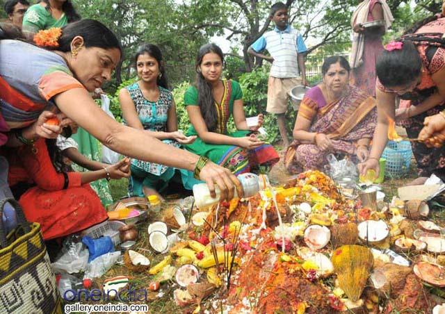 Nghi lễ kỳ lạ của người Ấn Độ cho phép người và bọ cạp sống chơi đùa với nhau - hình ảnh 8