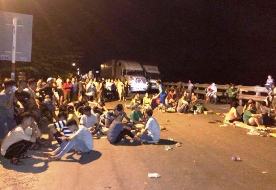 Hàng chục người chặn Quốc lộ 1A tối 2-9 tại Quảng Ngãi. Ảnh: FB