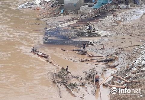 Thanh Hóa: Thót tim trước cảnh người dân đổ xô đi vớt củi giữa dòng nước dữ - hình ảnh 1