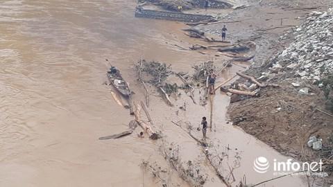 Thanh Hóa: Thót tim trước cảnh người dân đổ xô đi vớt củi giữa dòng nước dữ - hình ảnh 11