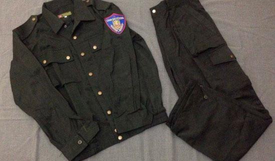 Thanh niên dạo phố với quân phục cảnh sát cơ động - hình ảnh 1