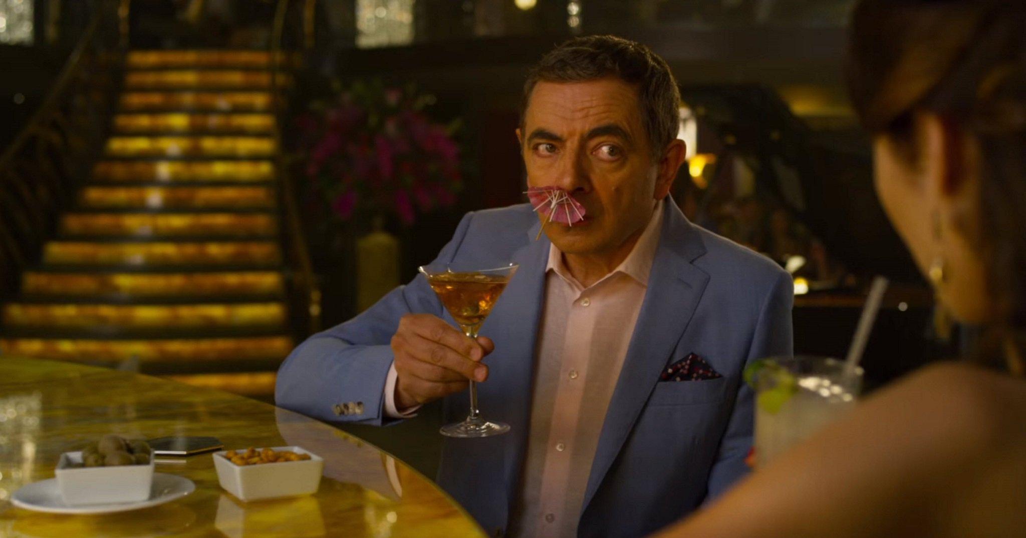 Vua hài Mr. Bean thay đổi thế nào bên Bond Girl nóng bỏng? - hình ảnh 2