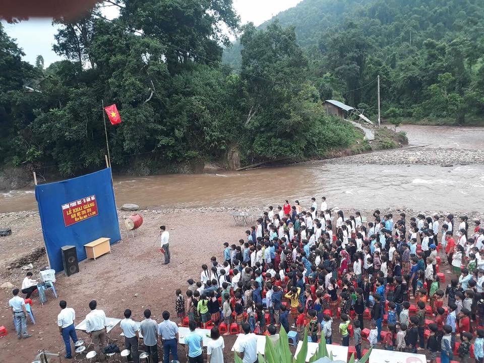 Xót lòng trước lễ khai giảng bên bờ suối của hàng trăm học sinh - hình ảnh 1