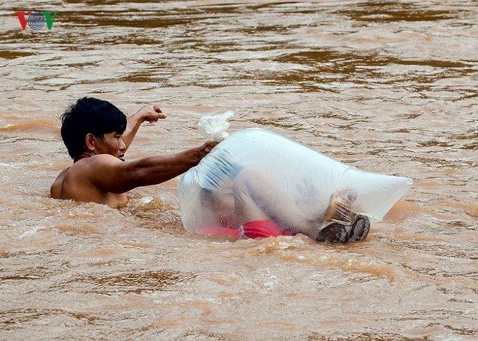 Sốc cảnh học sinh chui túi nilon qua sông dự khai giảng - 1