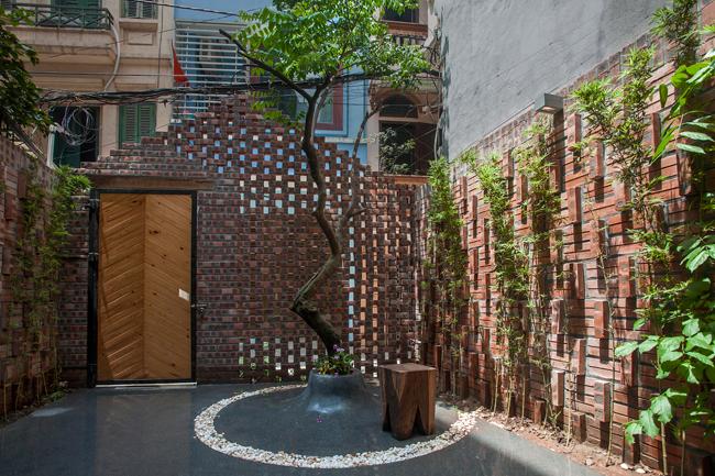 Căn nhà nằm trong một hẻm nhỏ trên phố Hào Nam, Hà Nội, được thiết kế cho một thanh niên vừa trở về quê hương sau thời gian dài sống ở nước ngoài.