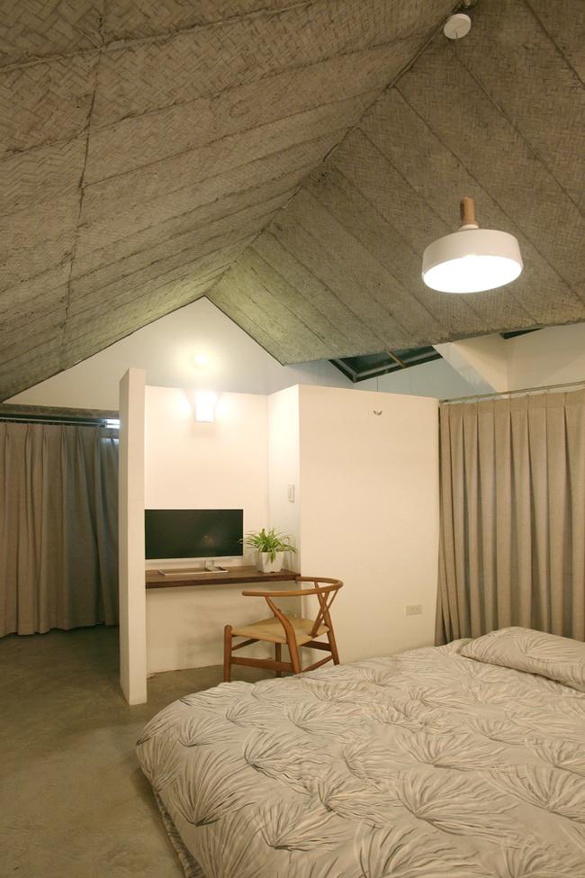 Phòng ngủ không có tường bao quanh nhưng khi cần sự riêng tư, gia chủ có thể kéo tấm rèm che xung quanh lại.