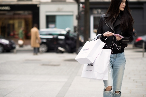 """Túi hàng hiệu như túi giấy shopping, giá """"cắt cổ"""" - 1"""