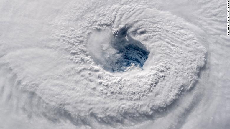 Mỹ: Siêu bão mạnh nhất 3 thập kỷ sắp đổ bộ nguy hiểm đến mức nào? - 2