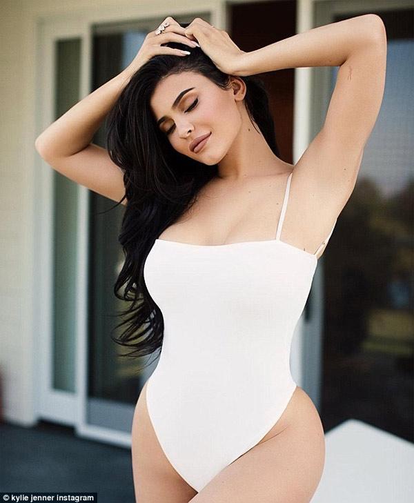 Nữ tỷ phú trẻ nhất thế giới quá hấp dẫn dù mặc áo tắm kín đáo
